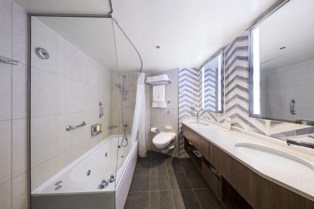 Neptune Suite bathroom