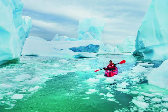 Man kayaking through icy waters, photography: Shutterstock