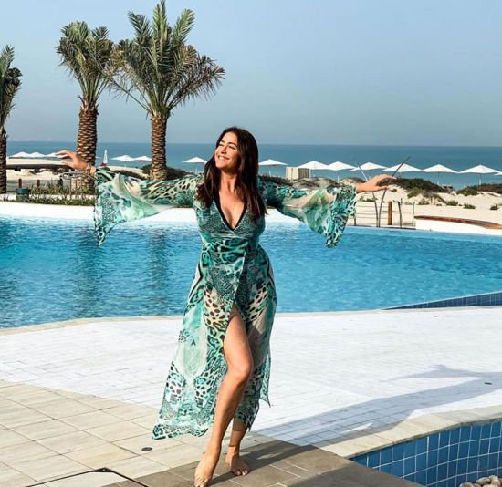 Lisa Snowdon wears colourful kaftan by pool on holiday
