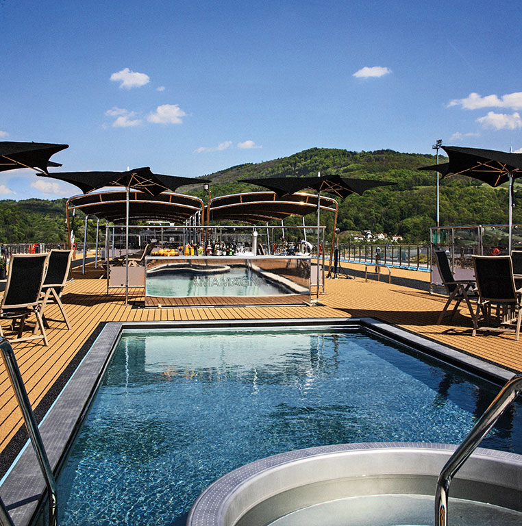 AmaWaterways: AmaMagna sun deck and swimming pool