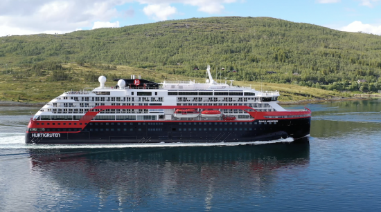 Hurtigruten MS Roald Amundsen - drone 3 - Photo Hurtigruten