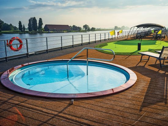 Nicko Cruises: sundeck